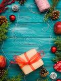 Achtergrond van het Kerstmis de groene kader met giftdoos Stock Afbeelding