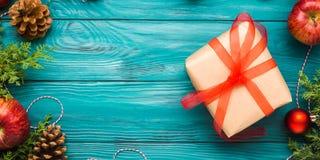 Achtergrond van het Kerstmis de groene kader met giftdoos Stock Fotografie