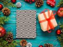 Achtergrond van het Kerstmis de groene kader met giftdoos Royalty-vrije Stock Foto