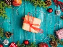 Achtergrond van het Kerstmis de groene kader met giftdoos Stock Afbeeldingen