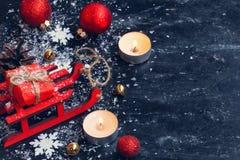 Achtergrond van het Kerstmis de nieuwe jaar, rode stuk speelgoed slee, ballen, giftdoos, Sn Stock Foto's