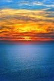 Achtergrond van het Overzeese mooie landschap van de Zonsonderganghemel en Royalty-vrije Stock Afbeelding
