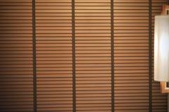 Achtergrond van houten vensterzonneblinden, zonneschijn en schaduw op blind venster royalty-vrije stock fotografie