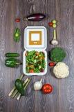 Achtergrond van houten zwarte, verse groenten en open witte doos Royalty-vrije Stock Afbeelding
