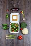 Achtergrond van houten zwarte, verse groenten en open witte doos Stock Afbeeldingen