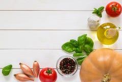 Achtergrond van ingrediënten voor pompoensoep Groenten op een houten lijst Hoogste mening Stock Fotografie