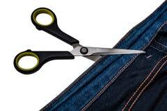 Achtergrond van jeans en een paar van schaar op witte achtergrond wordt geïsoleerd die stock foto
