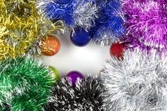 Achtergrond van Kerstmisballen en klatergoud dat wordt gemaakt stock afbeelding