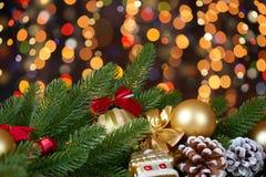 Achtergrond van Kerstmisdecoratie met lichten op het donkere, gelukkige nieuwe jaar en concept van de de wintervakantie Royalty-vrije Stock Fotografie