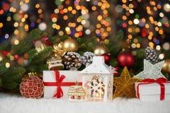 Achtergrond van Kerstmisdecoratie met lichten op het donkere, gelukkige nieuwe jaar en concept van de de wintervakantie Royalty-vrije Stock Foto
