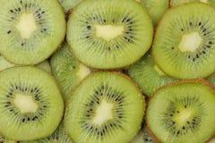 Achtergrond van kiwifruit Heel wat rijpe plakken van het kiwifruit Close-up Mening van hierboven stock afbeelding