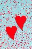 Achtergrond van kleurrijke harten met twee rode harten Royalty-vrije Stock Foto