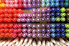 achtergrond van Kleurrijke tellers op plank in kantoorbehoeftenopslag Gekleurde pennen op planken in de winkel stock fotografie