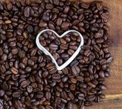 Achtergrond van koffiebonen met een hart Stock Afbeeldingen