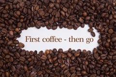 Achtergrond van koffiebonen wordt gemaakt met bericht` Eerste koffie - ga dan ` die Stock Afbeeldingen