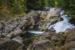 Achtergrond van mooie waterval in langzaam blind stock fotografie
