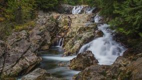 Achtergrond van mooie waterval in langzaam blind royalty-vrije stock foto
