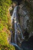 Achtergrond van mooie waterval in langzaam blind stock foto's