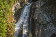 Achtergrond van mooie waterval in langzaam blind stock afbeeldingen