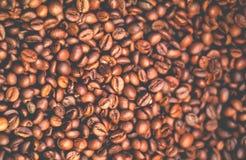Achtergrond van natuurlijke koffiebonen Samenvatting vage Karamelachtergrond royalty-vrije stock foto