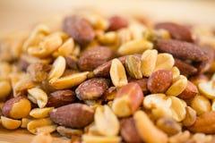 Achtergrond van noten - pecannoot, macadamia, paranoot, okkernoot, amandelen, hazelnoten, pistaches, cachou, pinda's, pijnboomnot royalty-vrije stock foto