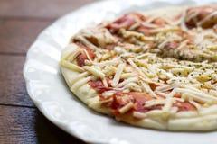 Achtergrond van Onmiddellijke pizzakaas en ketchup over origano op w Stock Foto