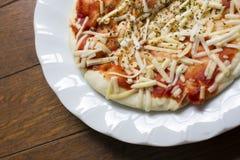 Achtergrond van Onmiddellijke pizzakaas en ketchup over origano op w Royalty-vrije Stock Foto