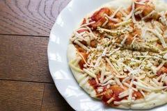 Achtergrond van Onmiddellijke pizzakaas en ketchup over origano op w Royalty-vrije Stock Fotografie