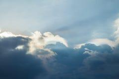 achtergrond van onweerswolken vóór een donderonweer Royalty-vrije Stock Afbeeldingen