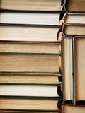 Achtergrond van oude die boeken wordt in stapels worden geschikt gemaakt die Royalty-vrije Stock Foto's