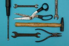 Achtergrond van oude roestige hulpmiddelen stock afbeelding
