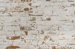 Achtergrond van oude uitstekende vuile bakstenen muur met schilpleister, textuur stock afbeelding