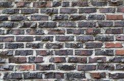 Achtergrond van oude uitstekende vuile bakstenen muur met schilpleister, textuur Stock Fotografie