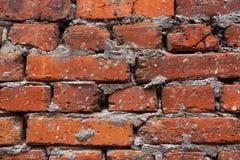 Achtergrond van oude uitstekende vuile bakstenen muur met schilpleister, textuur stock foto's