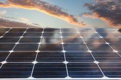 Achtergrond van photovoltaic modules voor duurzame energie stock foto's