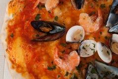 Achtergrond van pizza frutti Di mare met mosselen, tweekleppige schelpdieren en garnalen Stock Afbeelding