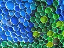 Achtergrond van plastic kleurrijke kroonkurken Verontreiniging met plastic afval Milieu en ecologisch evenwicht Kunst van troep royalty-vrije stock fotografie