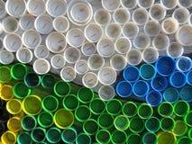 Achtergrond van plastic kleurrijke kroonkurken Verontreiniging met plastic afval Milieu en ecologisch evenwicht Kunst van troep royalty-vrije stock foto