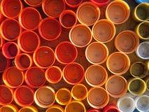 Achtergrond van plastic kleurrijke kroonkurken Verontreiniging met plastic afval Milieu en ecologisch evenwicht Kunst van troep stock afbeeldingen