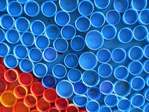 Achtergrond van plastic kleurrijke kroonkurken Verontreiniging met plastic afval Milieu en ecologisch evenwicht Kunst van troep royalty-vrije stock afbeelding