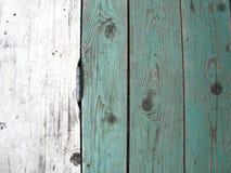 Achtergrond van raad De textuur van een houten omheining met een deurscharnier stock foto's