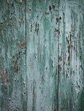 Achtergrond van raad in groen wordt geschilderd die Gebarsten groene verf op a stock afbeeldingen