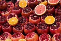 Achtergrond van rijp rood granaatfruit, textuur stock foto's
