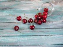 Achtergrond van rijpe kersen Verse die kersen op een woode worden verspreid Stock Foto