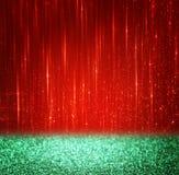 Achtergrond van rode en groene bokehlichten Kerstmistak en klokken Stock Afbeelding