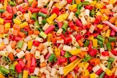 Achtergrond van ruwe gekleurde macaroni Royalty-vrije Stock Afbeelding
