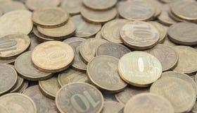 Achtergrond van tien-roebel muntstukken op het oppervlakteclose-up Macro van Russische groene muntstukken wordt geschoten dat royalty-vrije stock afbeeldingen