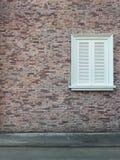 Achtergrond van uitstekende bakstenen muurtextuur en wit venster Royalty-vrije Stock Foto