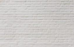 Achtergrond van uitstekende die bakstenen muur met wit pleister wordt behandeld Stock Afbeeldingen