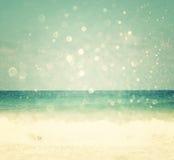 Achtergrond van vage strand en overzeese golven met bokehlichten, uitstekende filter Royalty-vrije Stock Foto's